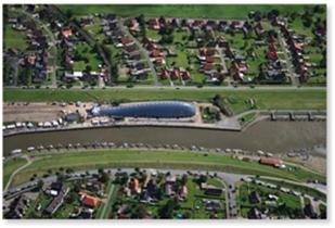 Kniffliges Segelziel: Friedrichskoog aus der Luft.
